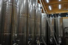 Rheinhessen; wijnkelder bij Gunderloch in Nackenheim. Te weinig ruimte, dan maar liever de lucht in.